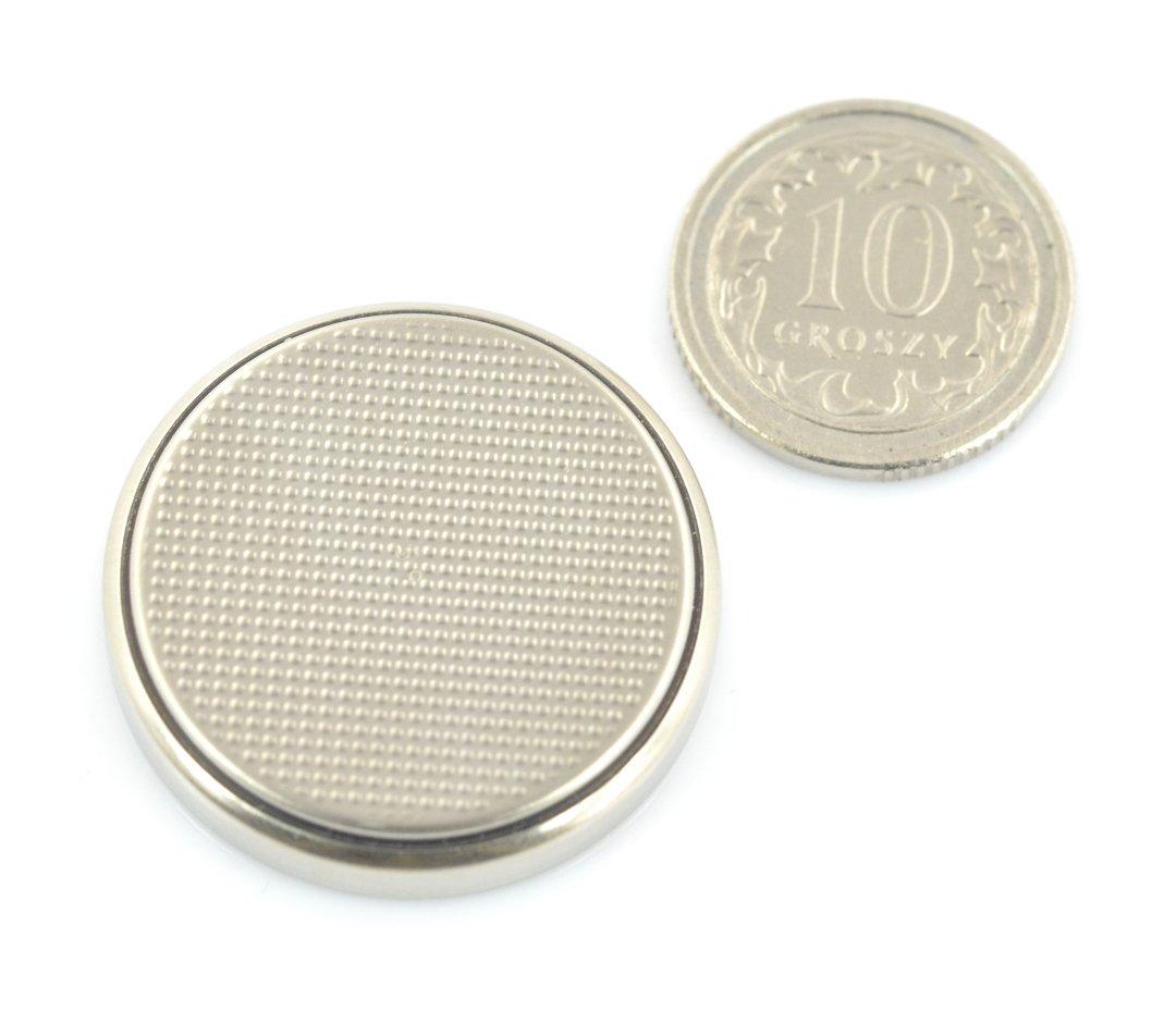 Wymiary baterii w porównaniu do monety 10 gr.