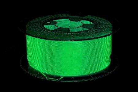 Filament Spectrum S-Flex 90A świeci w ciemności w kolorze zielonym.